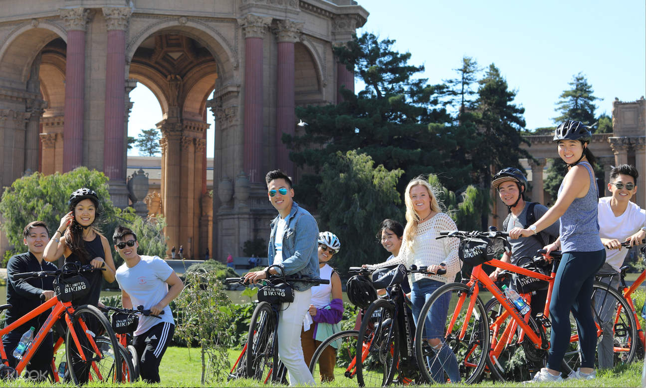 tourists with their bikes looking at the camera